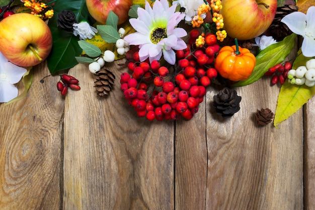 Décoration d'automne avec citrouille, pommes, feuilles d'automne et baies de rowan, espace de copie
