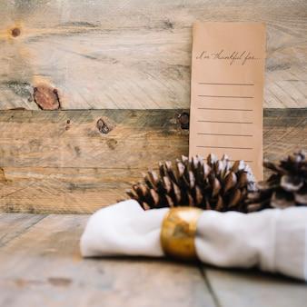 Décoration d'automne avec menu et pommes de pin