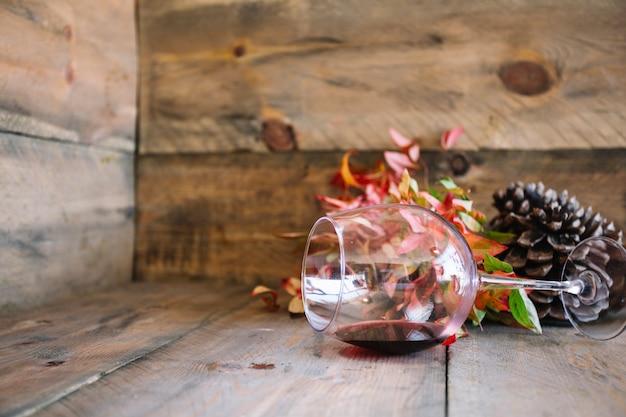 Décoration d'automne avec un pot de vin