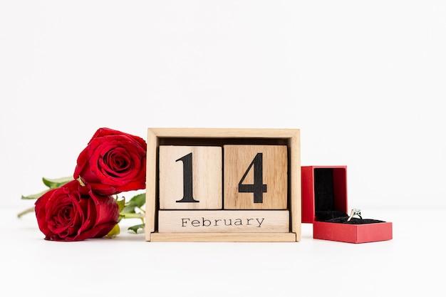 Décoration avec bague de fiançailles et roses