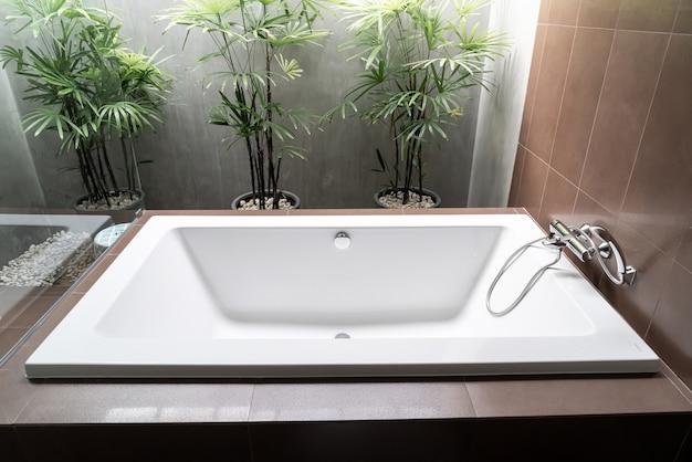Décoration de baignoire blanche à l'intérieur de la salle de bain