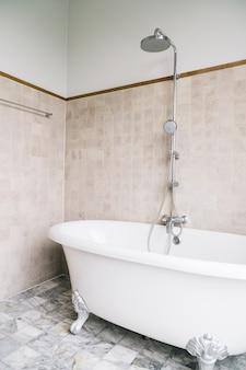 Décoration de la baignoire dans la salle de bain