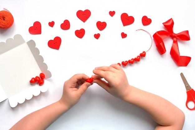 Décoration de bébé à la main. concept d'artisanat. disposition, vue de dessus