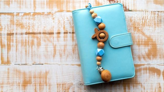 Décoration en bois faite à la main sur le portefeuille bleu. vue de dessus