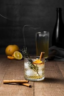 Décoration avec une boisson savoureuse avec des bâtons de cannelle