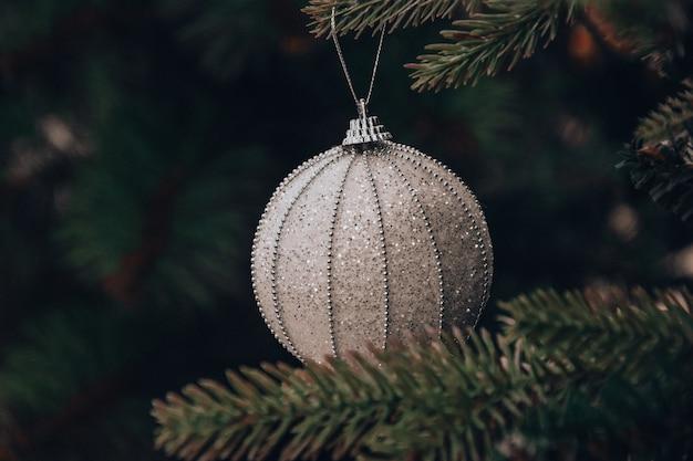 Décoration de boule d'arbre de noël et du nouvel an, atmosphère de vacances d'arbre de noël