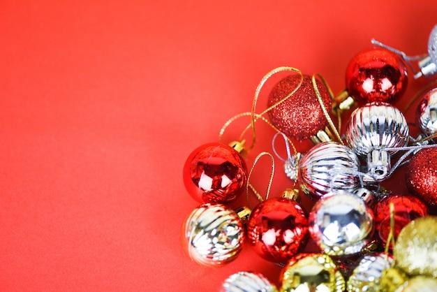 Décoration de boule de noël pour arbre de pin avec des boules d'argent colorées en argent et rouge doré vacances arbre de noël rouge fête hiver et bonne année objet