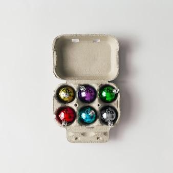 Décoration de boules de noël dans une boîte en carton d'oeufs. concept de nouvel an. mise à plat.