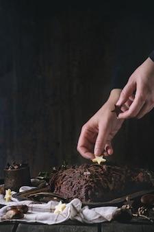 Décoration de bûche de noël au chocolat