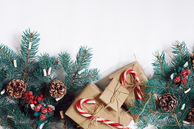 Décoration de cadeaux de branches de furtree de fond de noël ou de nouvel an sur un fond blanc