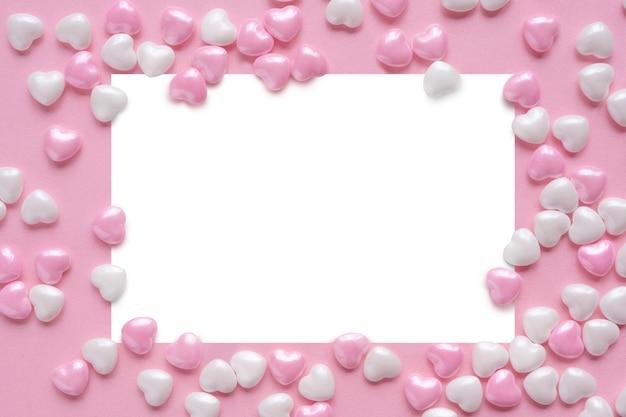 Décoration de cadre d'affiche romantique avec des coeurs roses et blancs pour une carte de voeux happy valentines day ou un fond d'invitation de mariage.