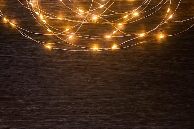 Décoration de cadre de lumières de noël sur table en bois foncé