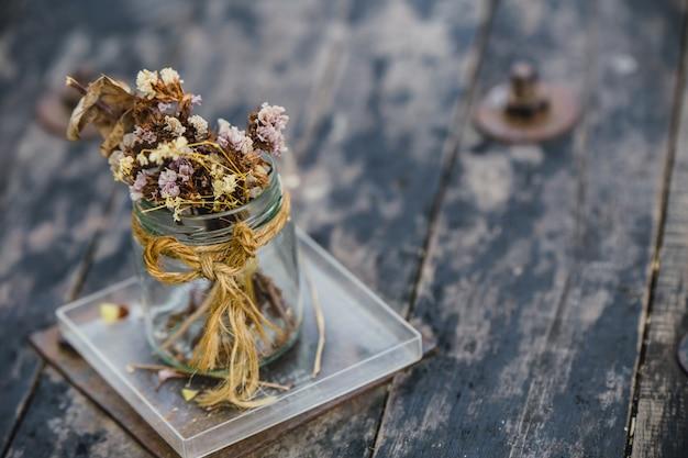 Décoration de café de fleurs séchées sur une vieille table en bois