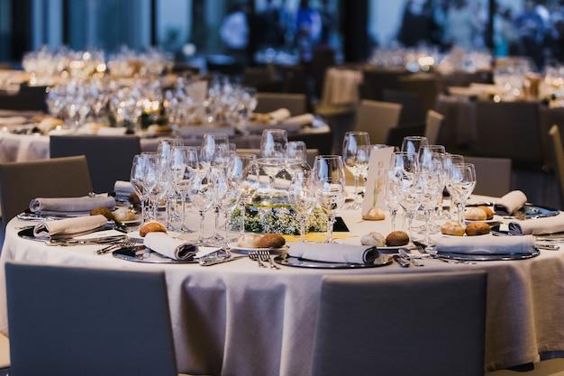 Décoration des centres de table d'un mariage avec les couverts et les détails vintage.