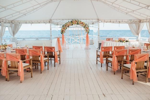 Décoration de cérémonie de mariage au bord de la mer