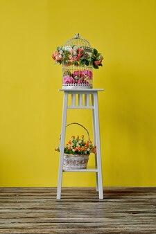 Décoration de la chambre avec cage à oiseaux et panier à fleurs