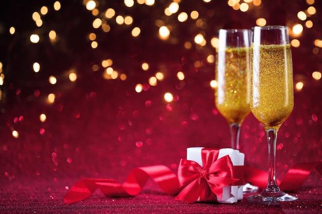 Décoration champagne et saint valentin sur paillettes rouges