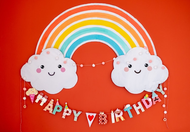 Décoration colorée de joyeux anniversaire. décoration anniversaire enfants arc-en-ciel et nuages