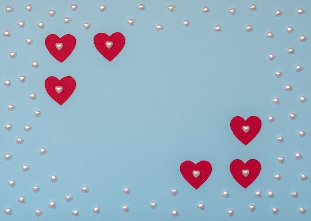 Décoration de concept de saint valentin avec coeurs rouges et perles