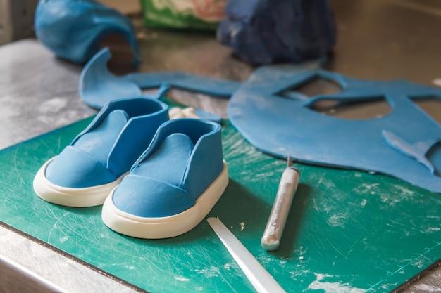 Décoration de confiserie. baker fabriquant des décorations de mariage ou d'anniversaire et des figurines à partir de massepain