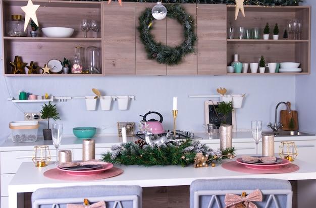 Décoration de cuisine du nouvel an. réglage de la table de noël