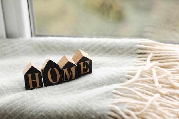 Décoration dans une maison confortable avec des lettres en bois avec l'inscription home