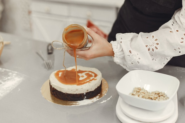 Décoration du dessert fini. le concept de pâtisserie maison, la cuisson des gâteaux.