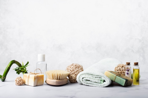Décoration avec du savon et des huiles pour le bain
