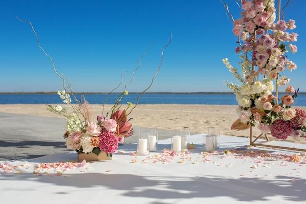 Décoration de l'événement. chuppa de mariage au bord de la rivière décorée de fleurs fraîches