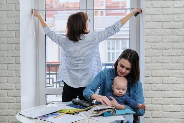 Décoration de fenêtre avec rideaux, femme designer prenant des tailles de fenêtre