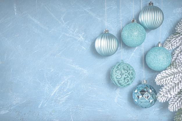 Décoration festive de noël ou d'hiver avec des boules d'arbre de noël bleu argent