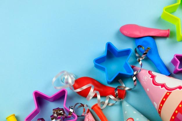 Décoration de fête d'anniversaire avec ballon coloré, casquette, confettis, bonbons et banderoles.