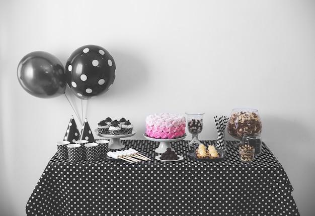 Décoration de fête d'anniversaire noir et blanc