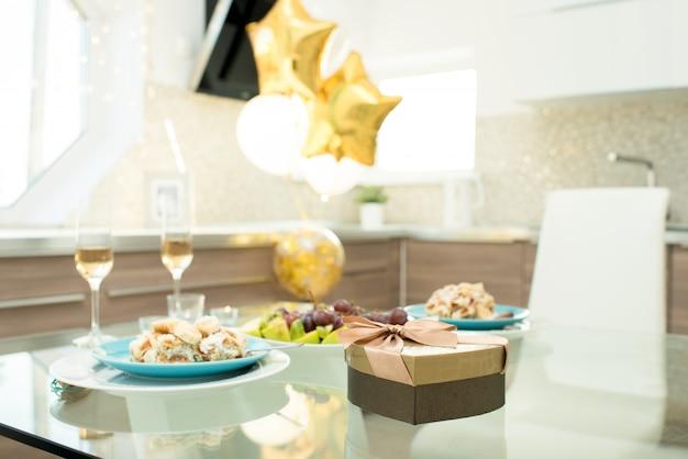 Décoration de fête d'anniversaire, nourriture et cadeau
