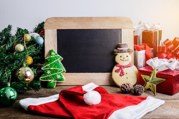 Décoration de fête, biscuit de noël, nouvel an en forme de bonhomme de neige, arbre de noël sur bois