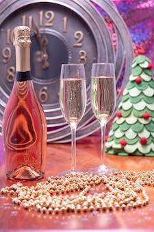 Décoration de fête du nouvel an avec champagne et horloge vers minuit