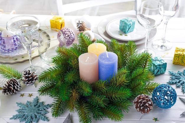 Décoration de fête sur la table de noël