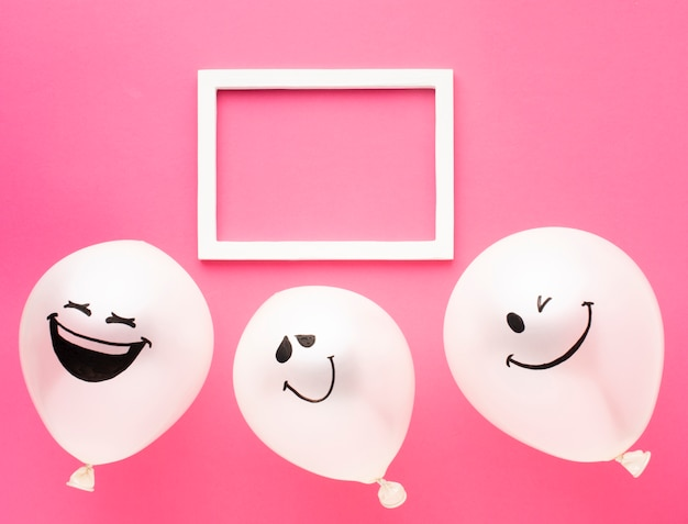 Décoration de fête vue de dessus avec cadre blanc et ballons