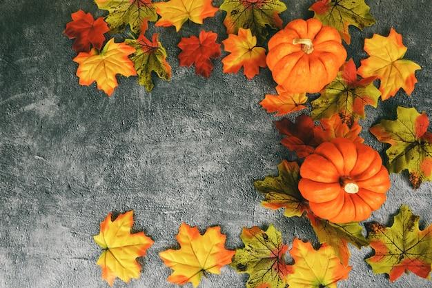 Décoration de feuilles d'automne cadre thanksgiving festive sur plaque noire