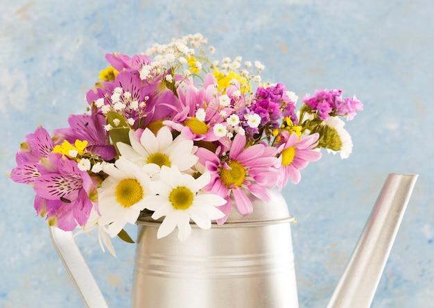 Décoration avec des fleurs dans un arrosoir