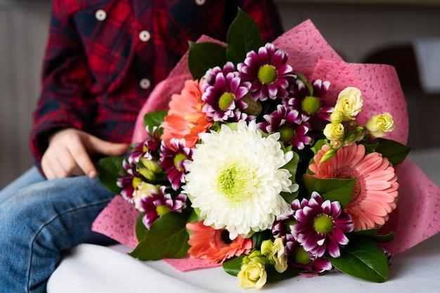 Décoration de fleurs à la maison, travail de fleuriste faisant l'organisation de fleurs, artisanat et concept fait main