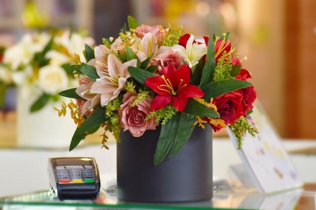 Décoration florale de la caisse.