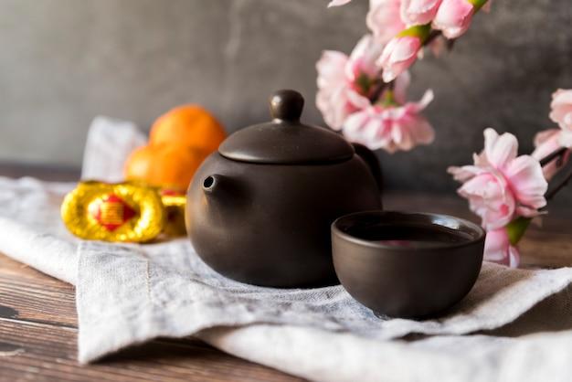 Décoration florale du nouvel an chinois avec thé