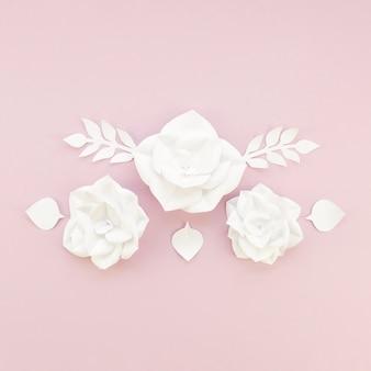 Décoration florale sur fond rose