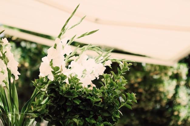 Décoration florale de mariage dans un restaurant à l'extérieur en été