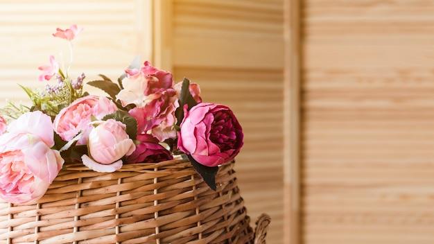 Décoration florale en panier