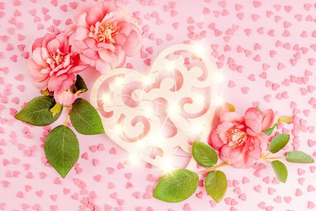 Décoration en forme de coeur en bois avec guirlande lumineuse et fleurs roses