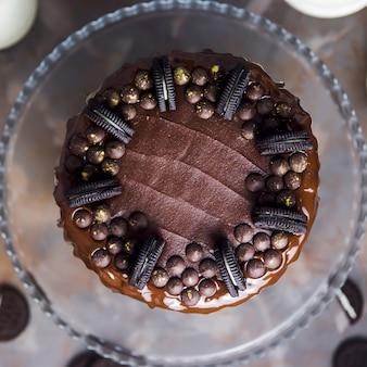 Décoration sur un gâteau au chocolat composé de biscuits et de gouttes de chocolat couvertes d'or
