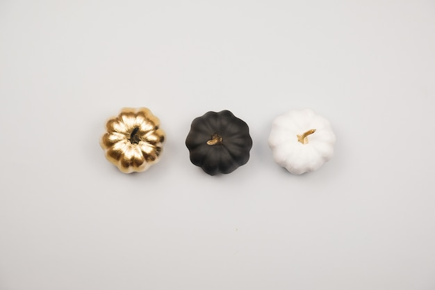 Décoration d'halloween, citrouilles dorées, noires et blanches