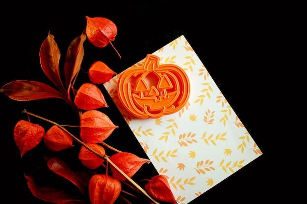 Décoration d'halloween et feuilles rouges